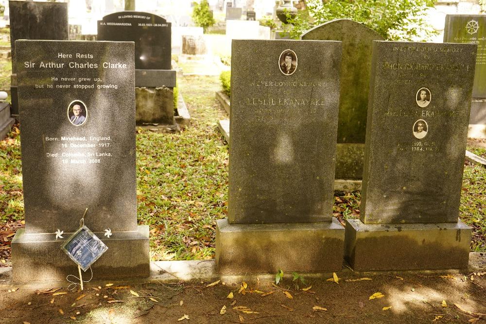 <em>Něco</em> na hrobě A. C. Clarka
